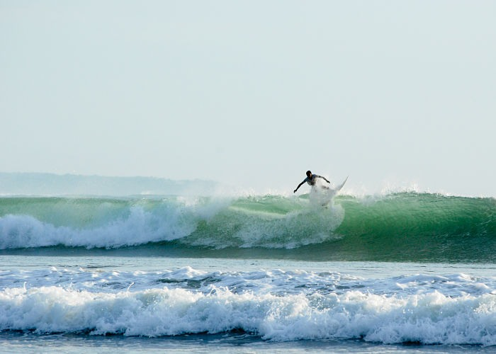 Surfista en la playa de Kuta en Bali, Indonesia.