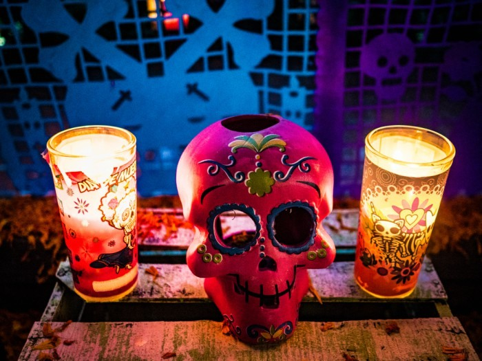 Altar con la calavera pintada típica del Día de Muertos, México.