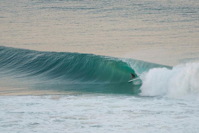 Ola de gran recorrido en Gold Coast, Australia.