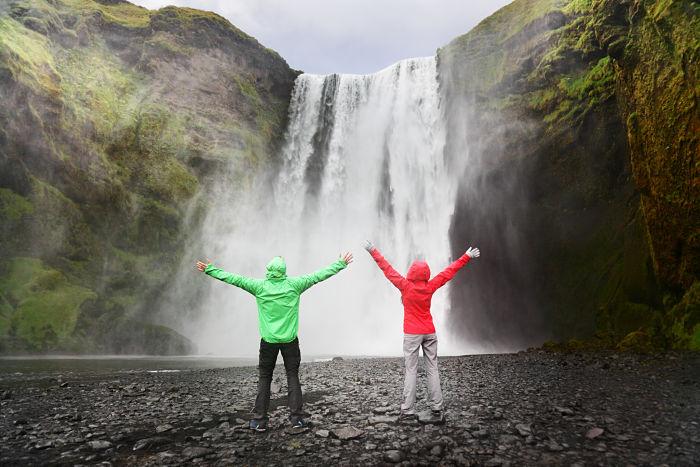 Emoción al contemplar las cataratas Skogafoss en Islandia.