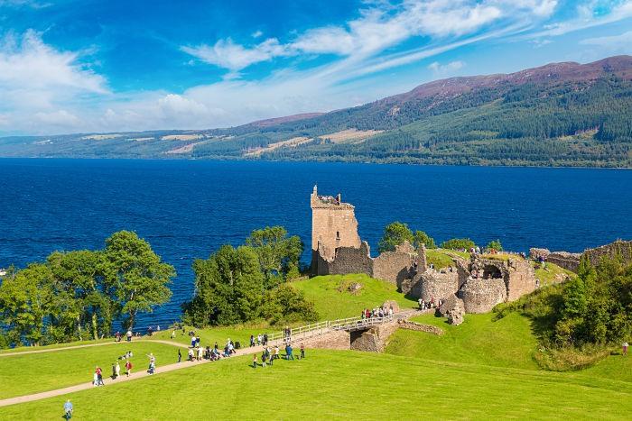 El El castillo de Urquhart a orillas del misterioso lago Ness en un día de verano.
