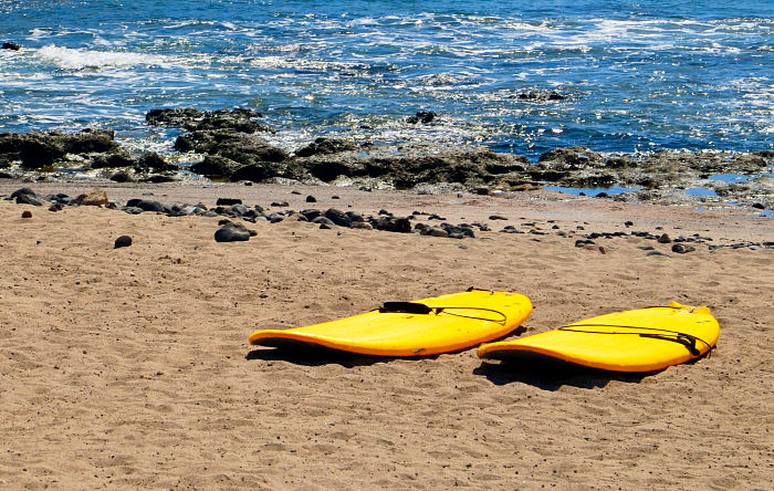 Playa de Las Américas donde se practica surf todo el año. Tenerife.