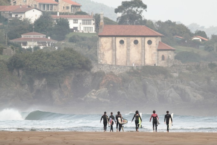 Surfistas en Mundaka, Vizcaya. País Vasco.