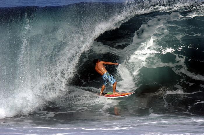 Surfero en Waimea Bay, Hawái