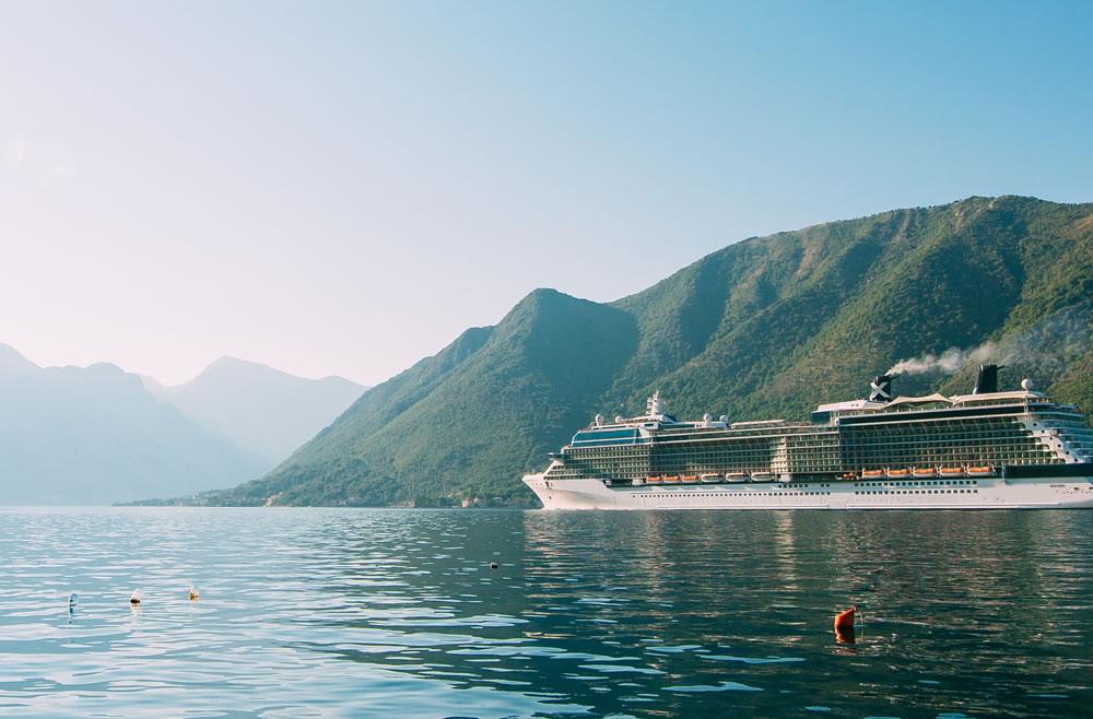 Barco navegando por Kotor