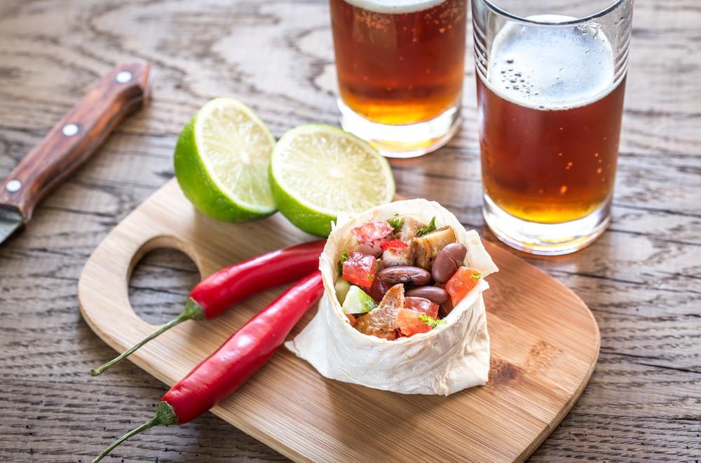 Cerveza mexicana con un burrito de pollo