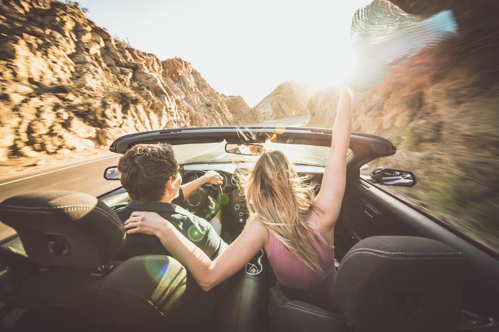 Ruta en coche en pareja