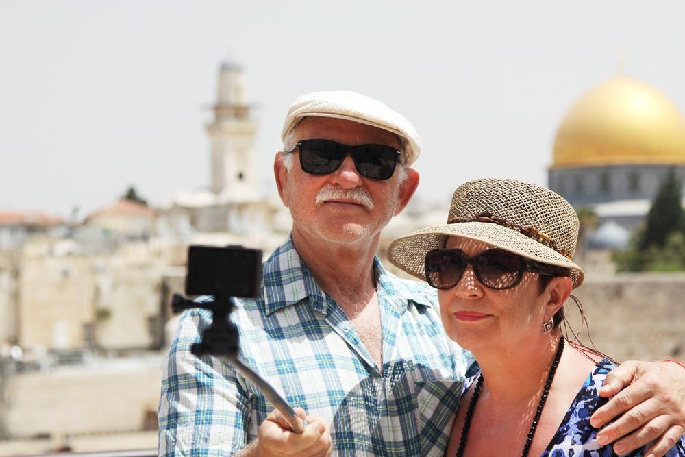 Pareja de viaje por Israel