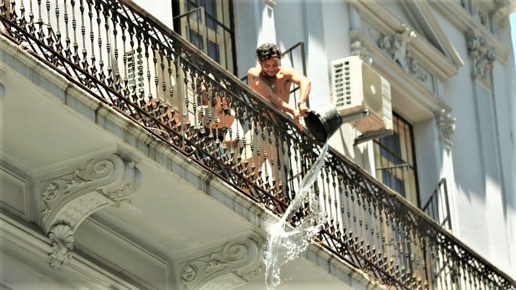 Persona en Uruguay lanzando cubo de agua