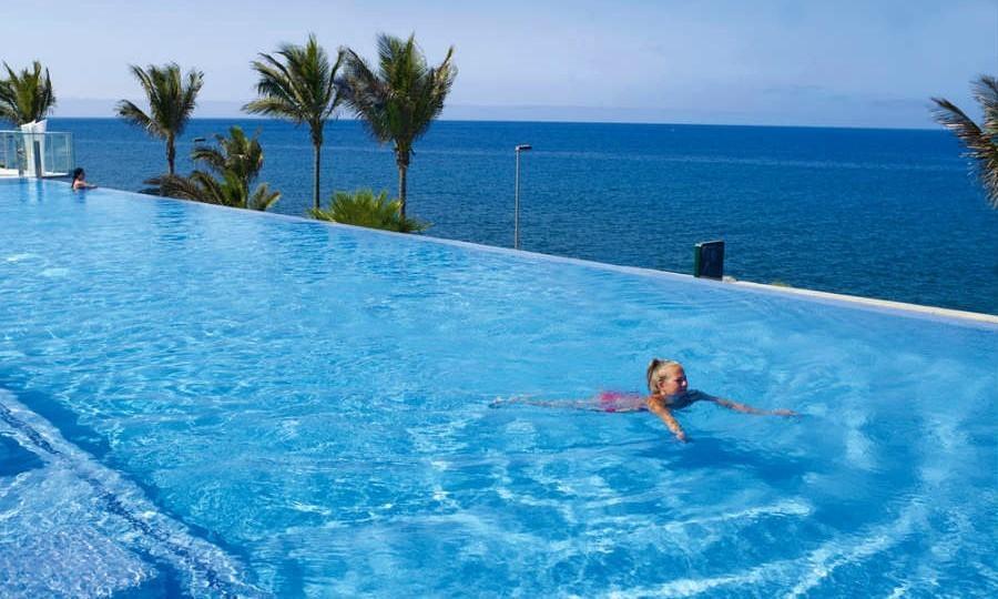 Turista nadando en un hotel de Gran Canaria