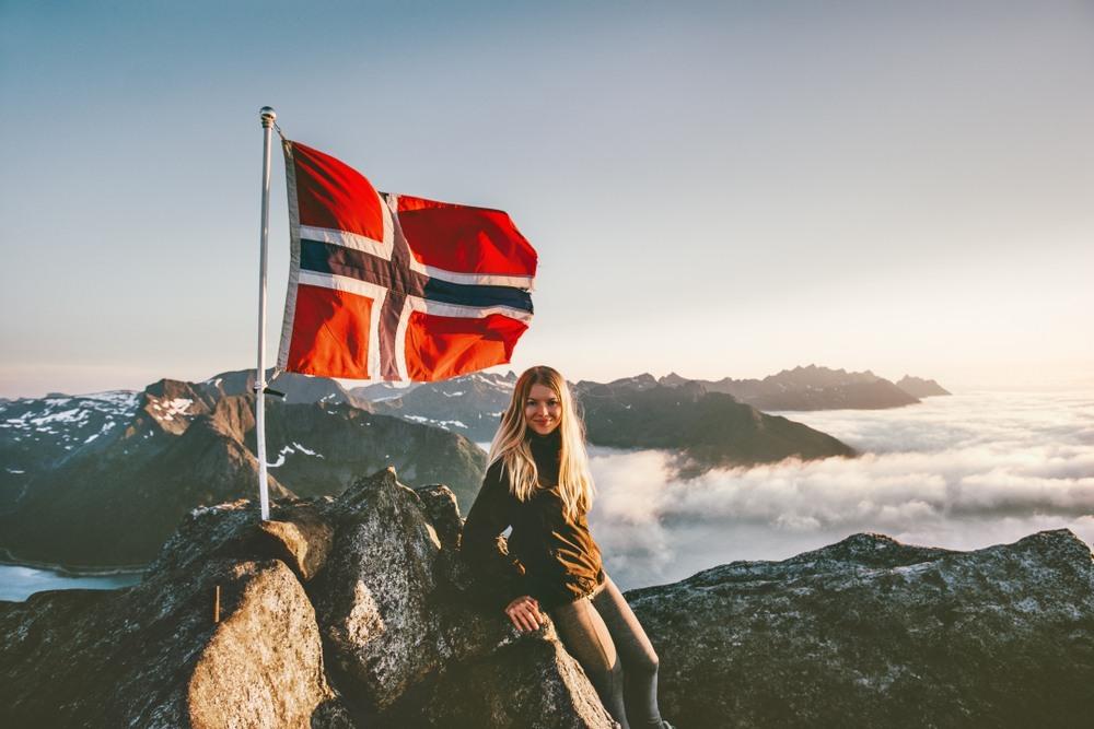 Chica noruega hace cumbre en una montaña