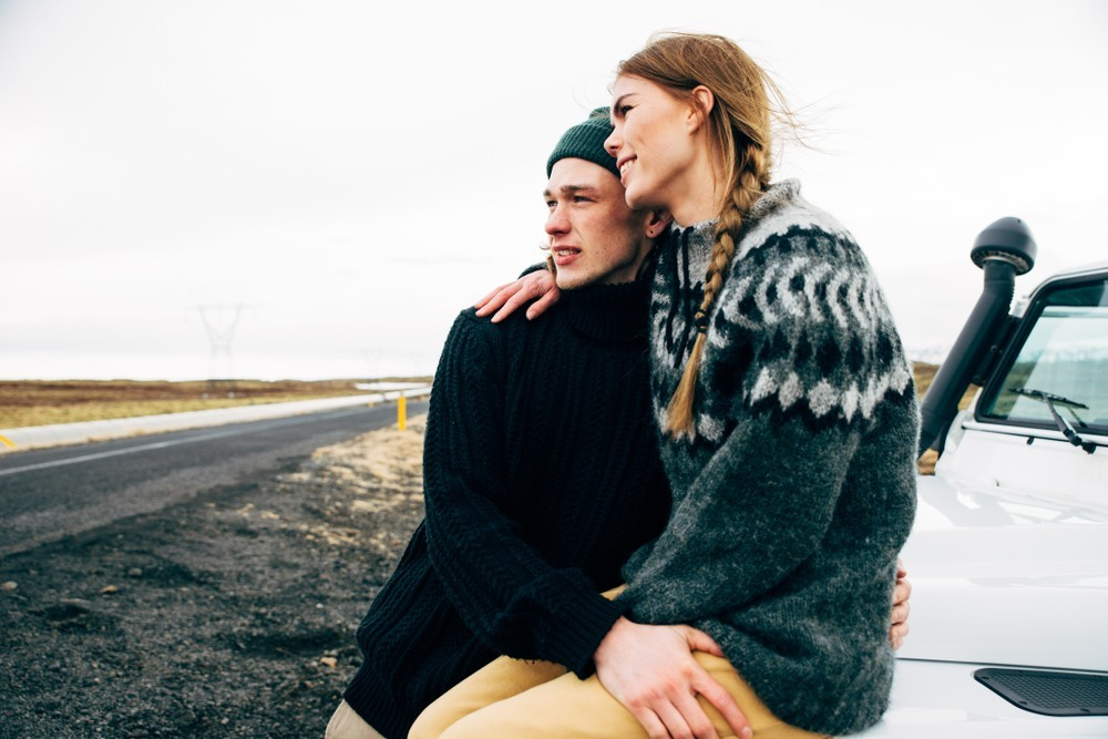 Pareja islandesa de ruta en coche