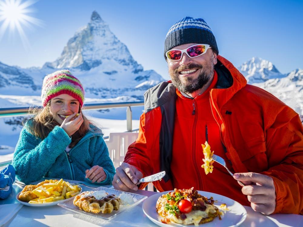 Padre e hija suizos en los Alpes