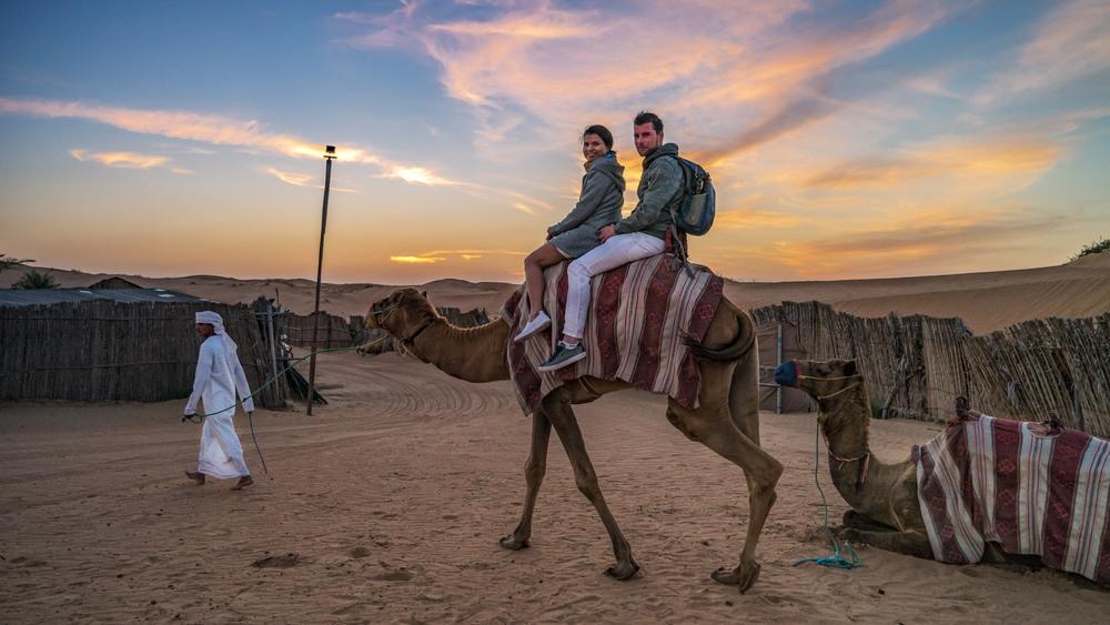 Pareja en camello en el desierto