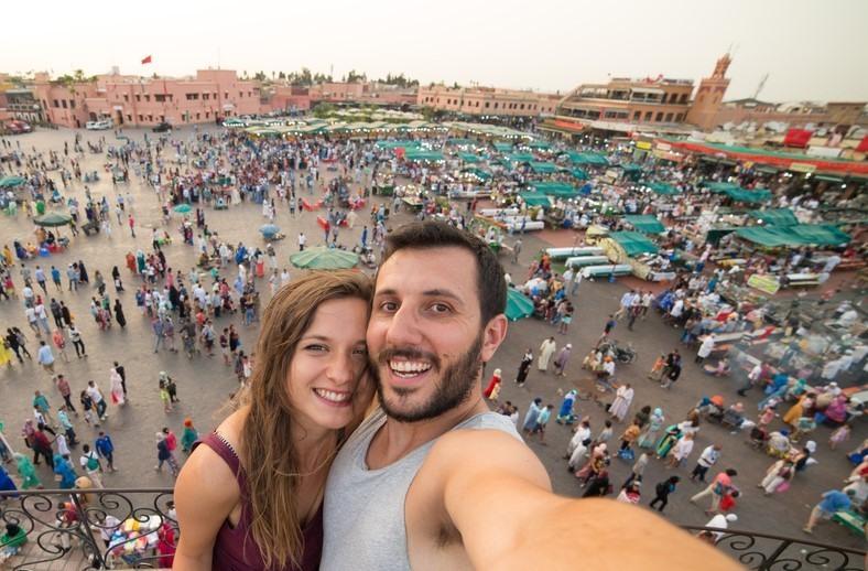 Pareja en la Plaza de Jemaa el-Fna