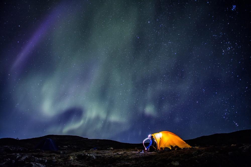 Aurora boreal desde una tienda de campaña