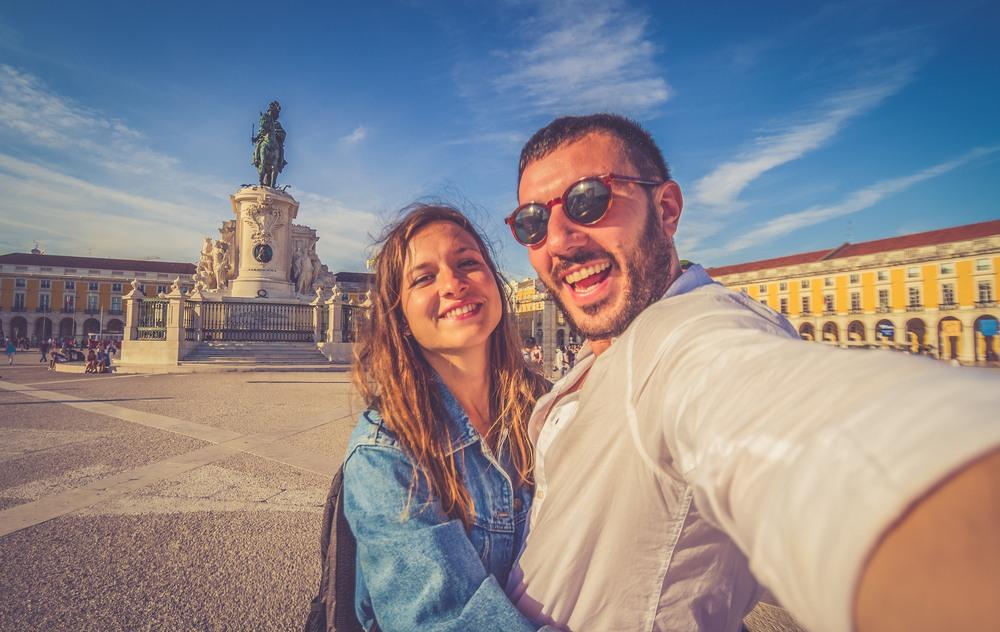 Pareja paseando por Lisboa