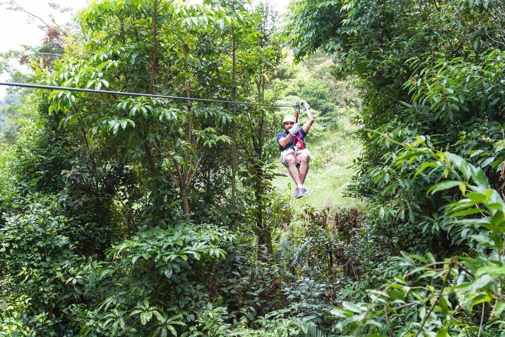 Turista en la Reserva Biológica del Bosque Nuboso