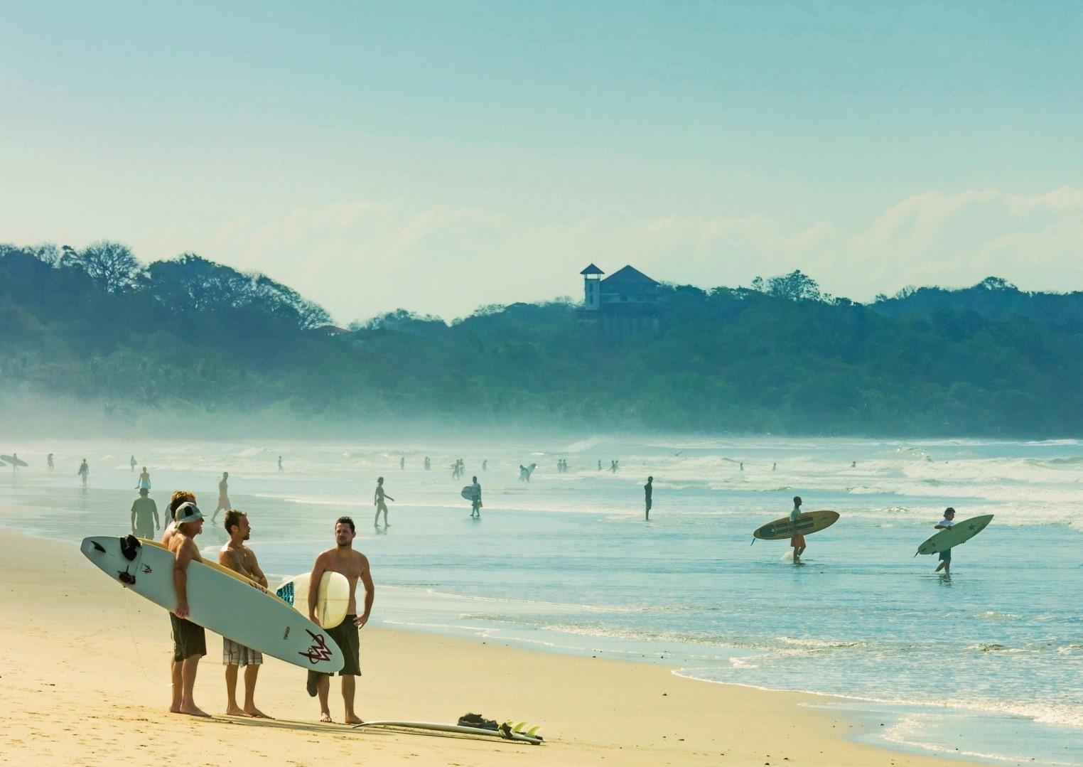 Surfistas en la playa de Puerto Viejo