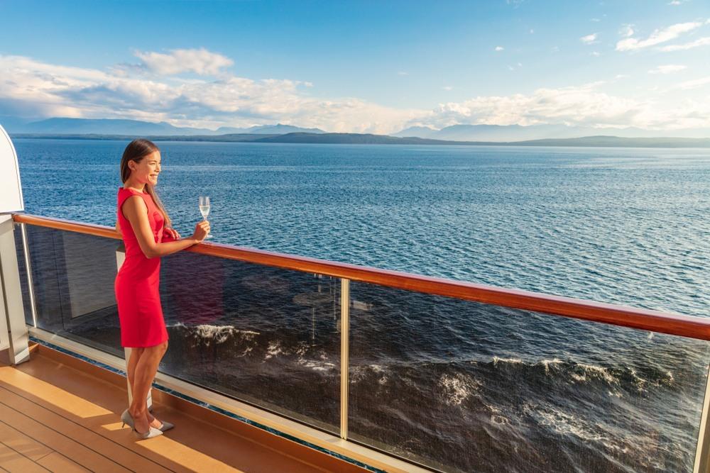 Mujer disfrutando de su crucero por el Mediterráneo