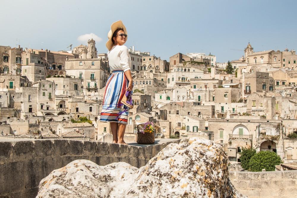 Turista en la histórica ciudad de Matera
