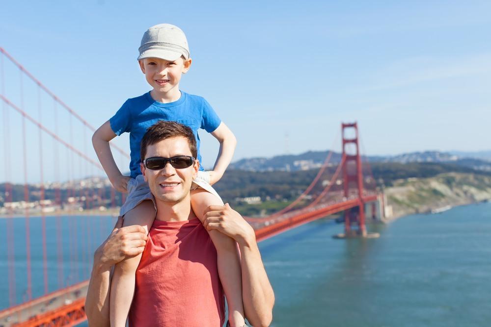 Familia disfrutando de las vistas del Golden Gate en San Francisco