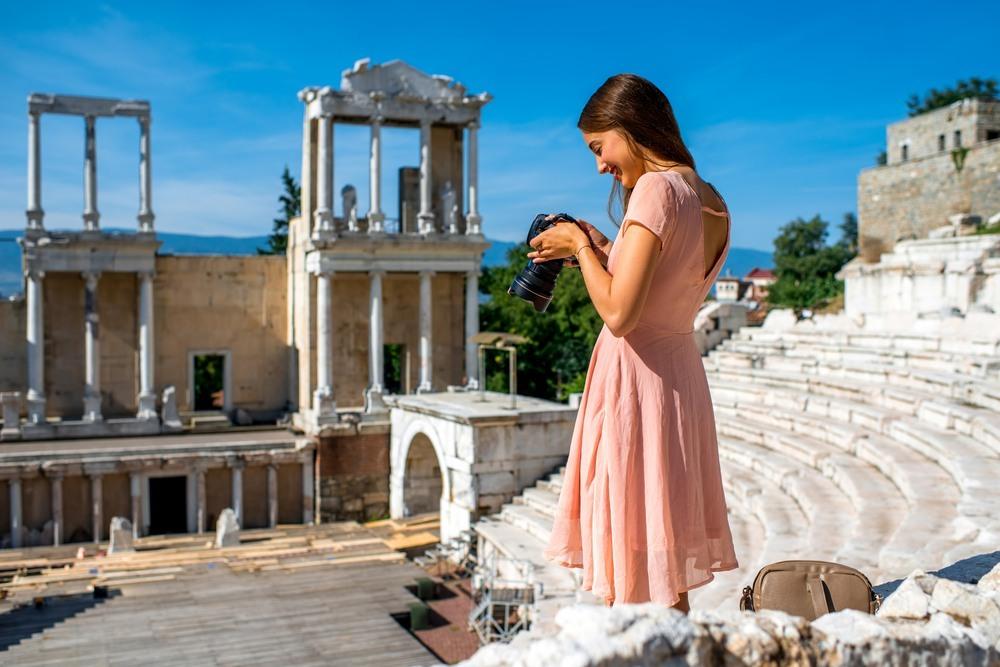 Chica en el teatro romano de Philippopolis en Plovdiv