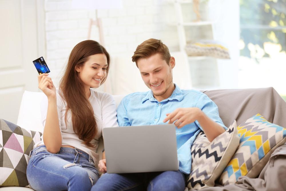Pareja reservando sus vacaciones online