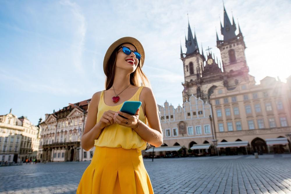 Chica en la principal plaza de Praga