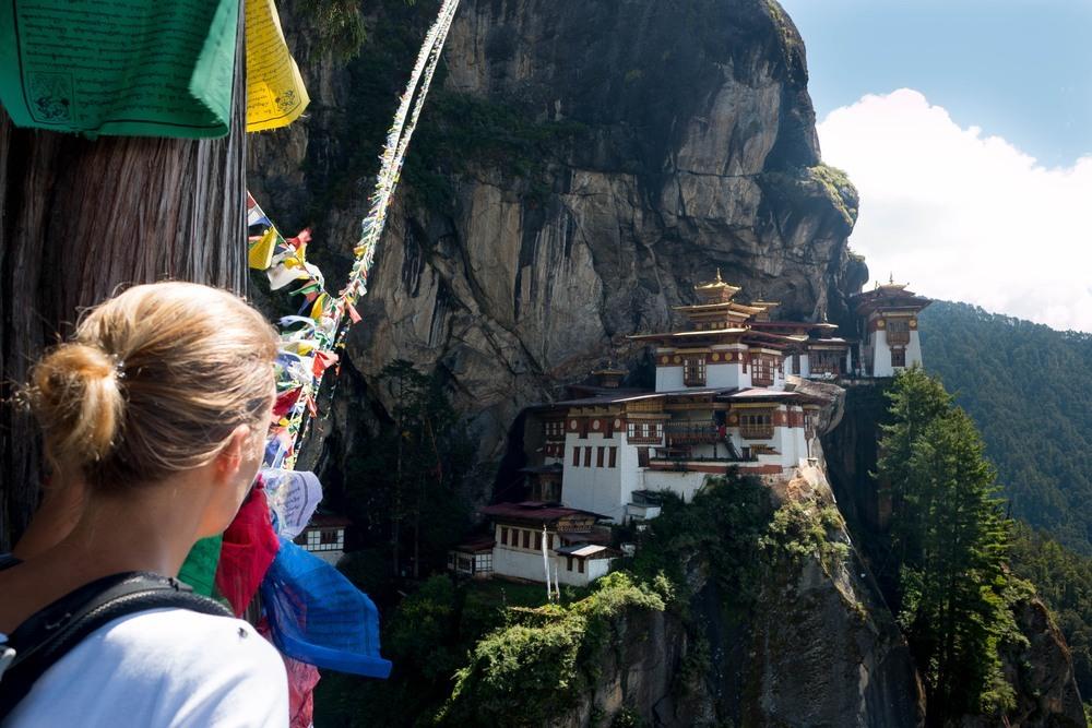 Chica observando templo budista en Bután