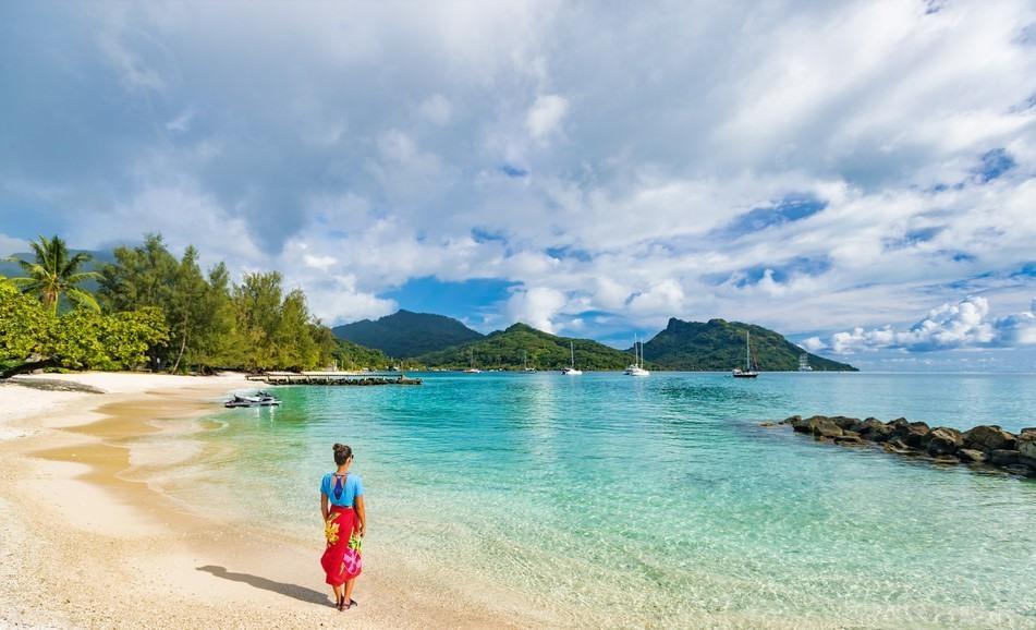 Chica disfrutando de una playa de Tahití