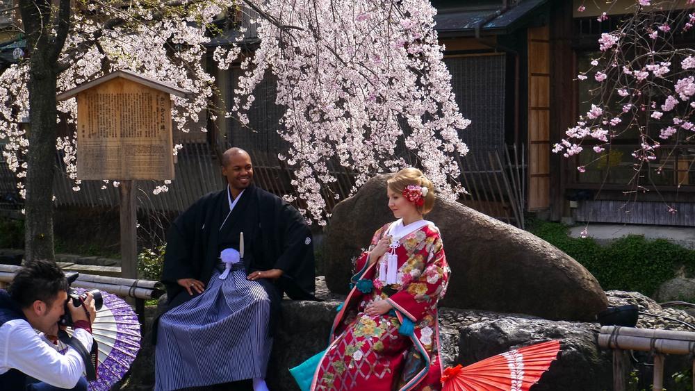 Pareja con kimonos en un templo budista
