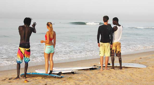 Clases de surf en las playas de Dakar