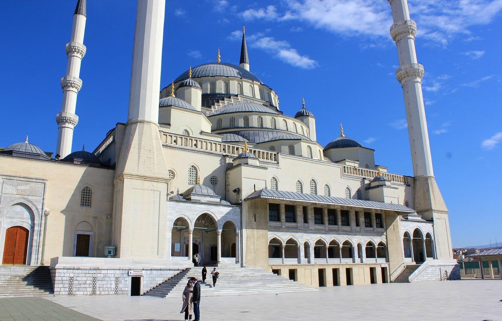 Turistas en la Mezquita de Kocatepe