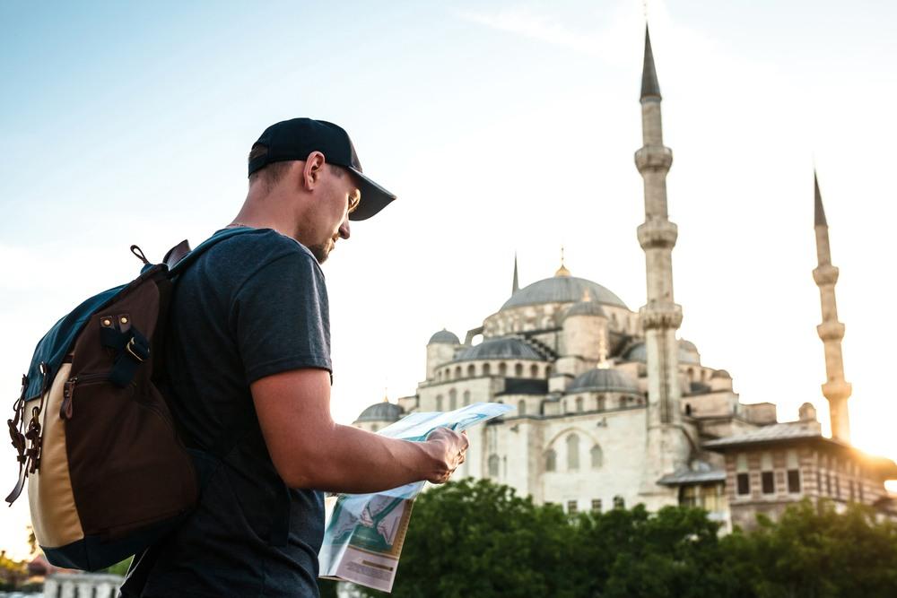 Turista frente a la Mezquita Azul de Estambul