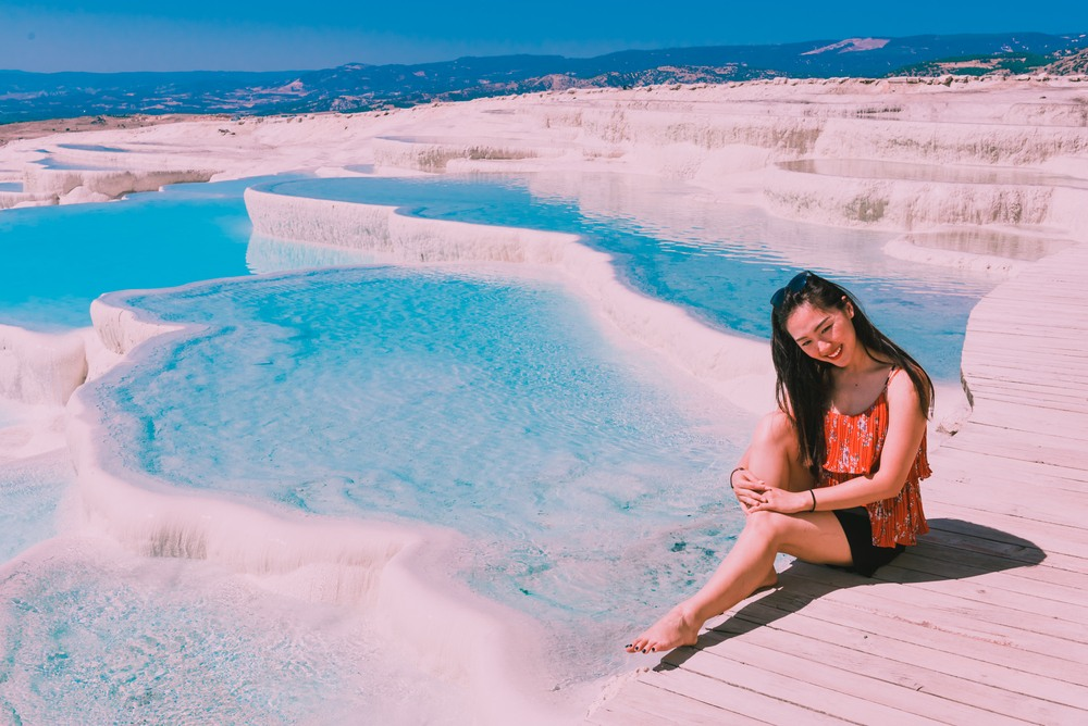 Chica posando en la famosa zona del Pamukkale