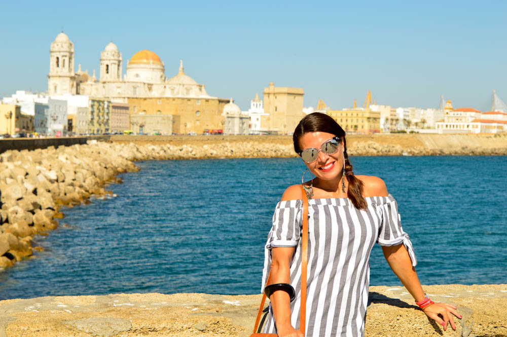 Turismo con la Catedral de Cádiz de fondo