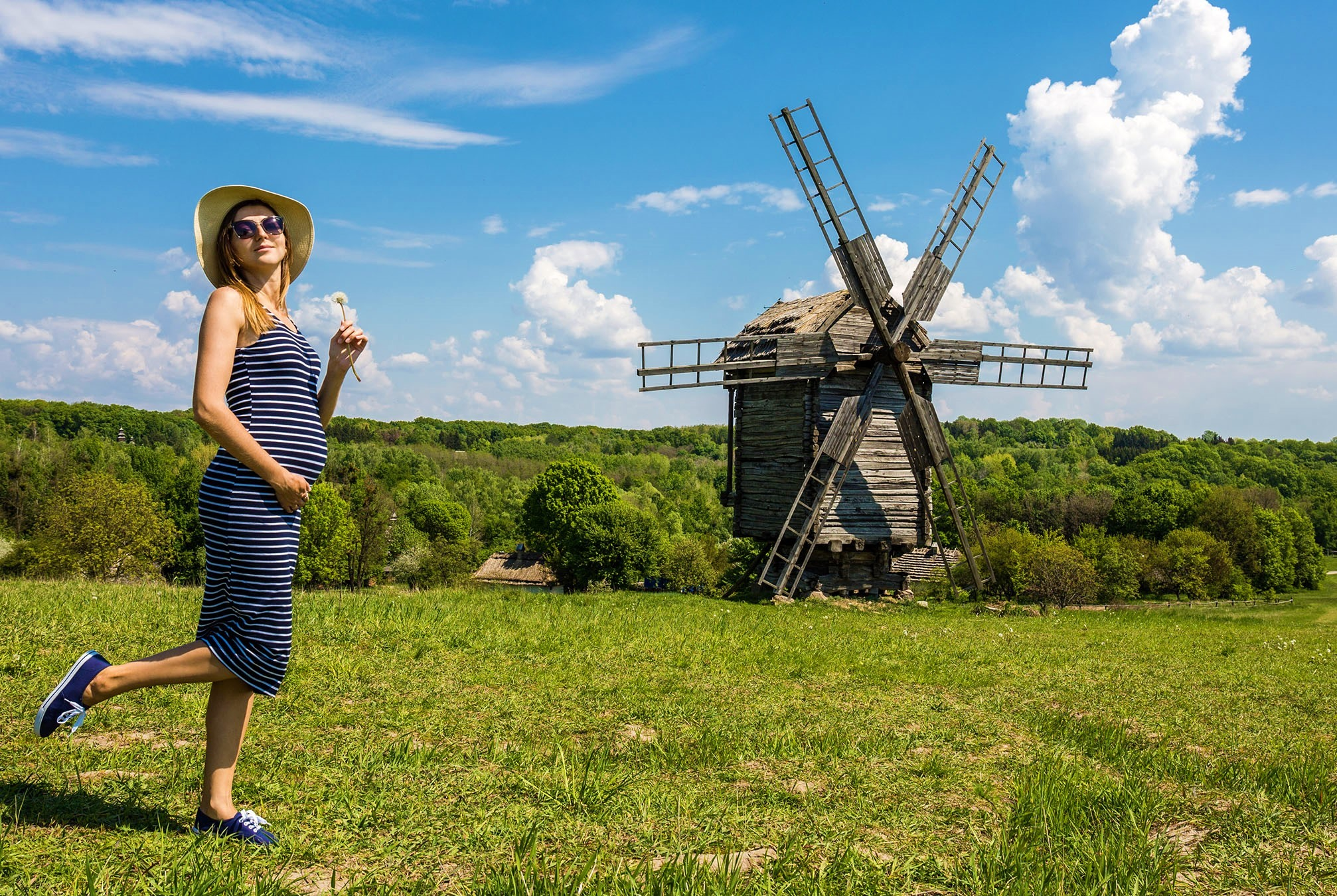 Joven embarazada disfrutando del paisaje