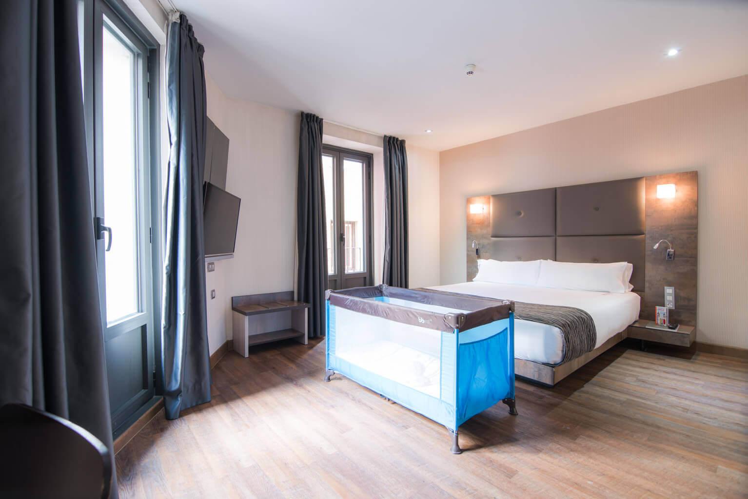Habitación de hotel con cuna