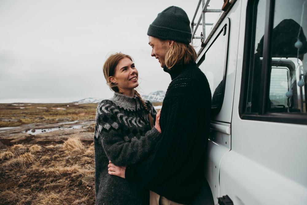 Pareja de ruta en coche por Islandia