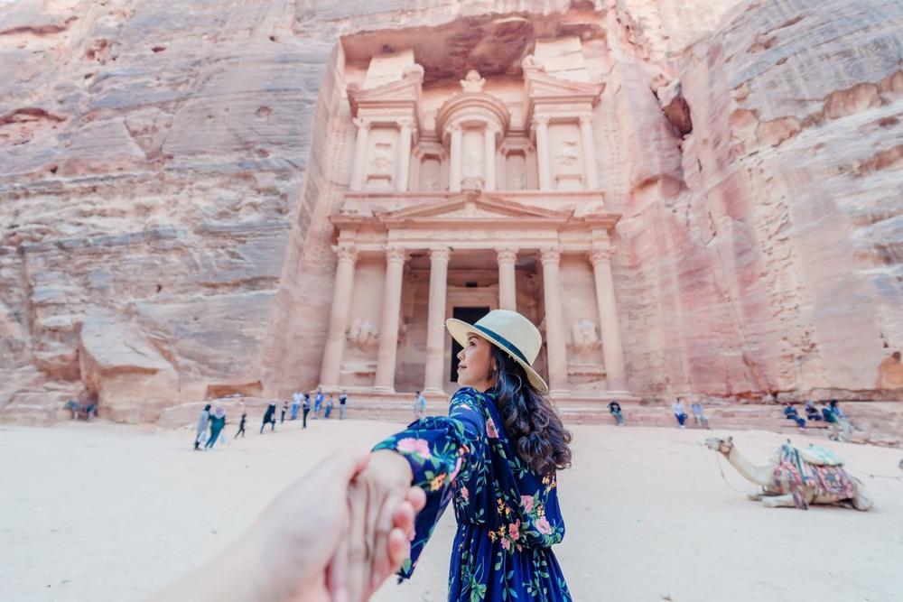 Pareja paseando por Jordania