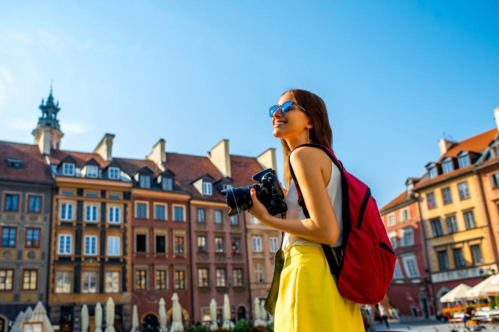 Chica paseando por las calles de Varsovia
