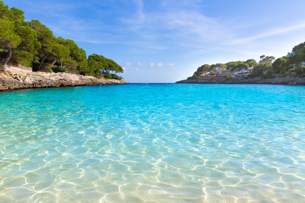 Playa de agua cristalina en Cala d'Or