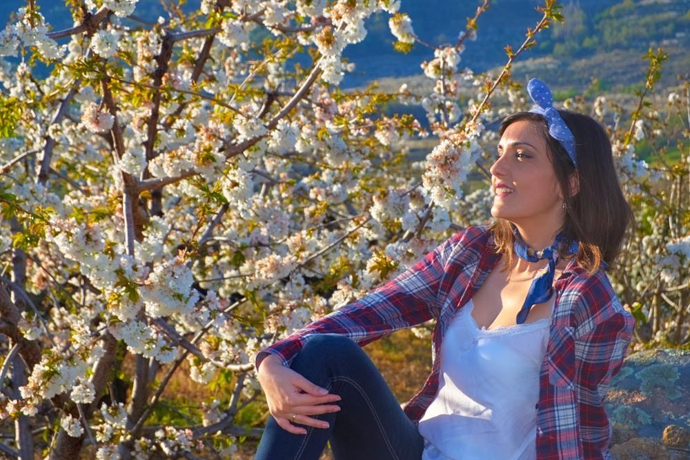 Chica disfrutando de los cerezos del valle