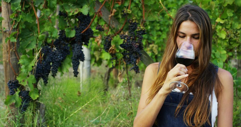 Chica catando una copa de vino tinto