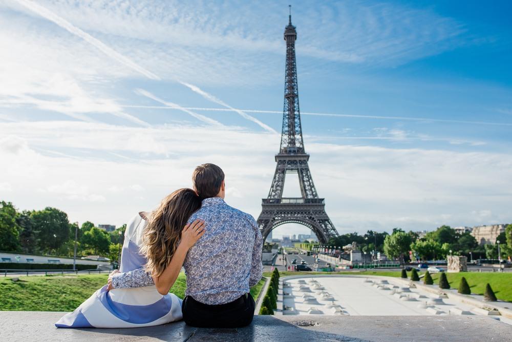 Pareja frente a la Torre Eiffel de París