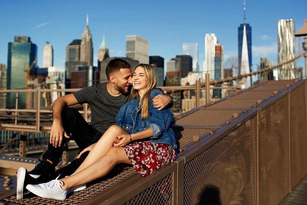 Pareja en el puente de Brooklyn