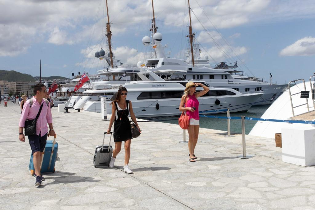 Turistas llegando al puerto de Ibiza