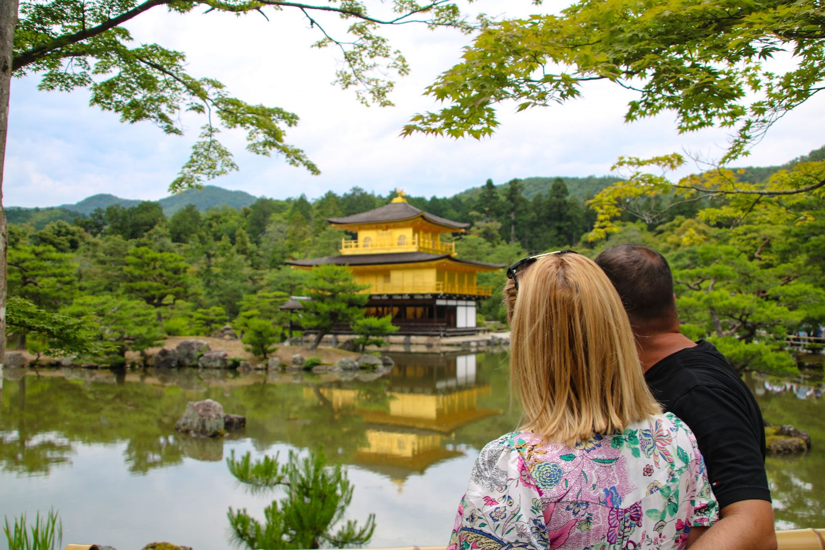 Pareja frente a un templo en Arashiyama