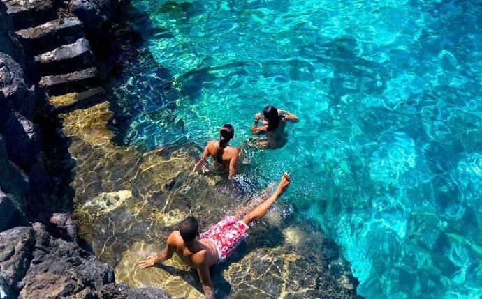 Jóvenes disfrutando de las piscinas naturales